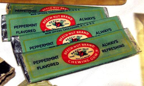 paquets de chewing gums au sein des kits de survie E-17