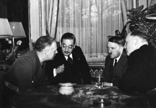 photographie d'une discussion entre ambassadeur japonais Hiroshi Oshima , Joachim von Ribbentrop et Adolf Hitler